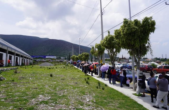 Largas filas genera llegada tardía de la vacuna covid a Tecamachalco