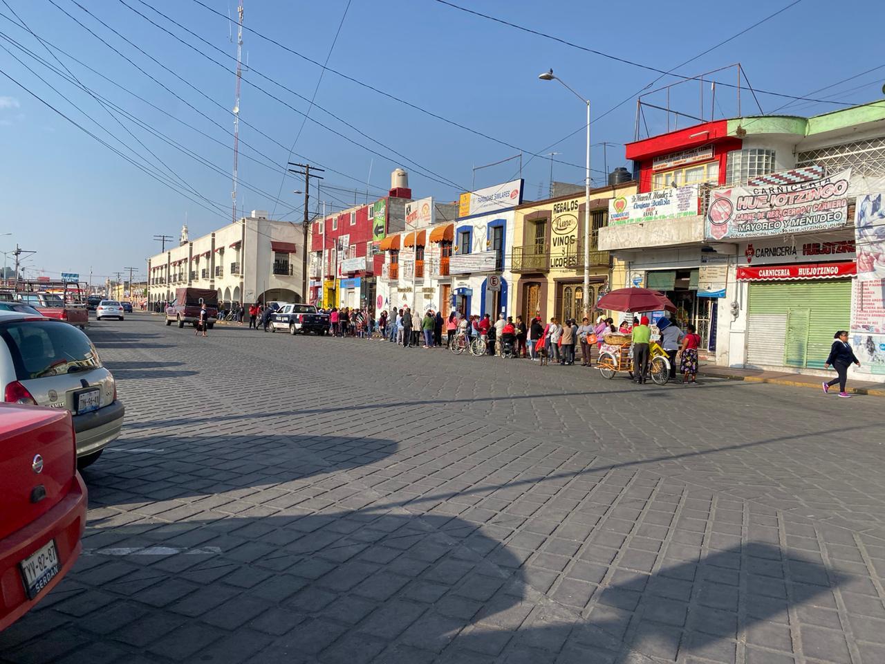 En Huejotzingo hacen filas para recibir despensa sin sana distancia
