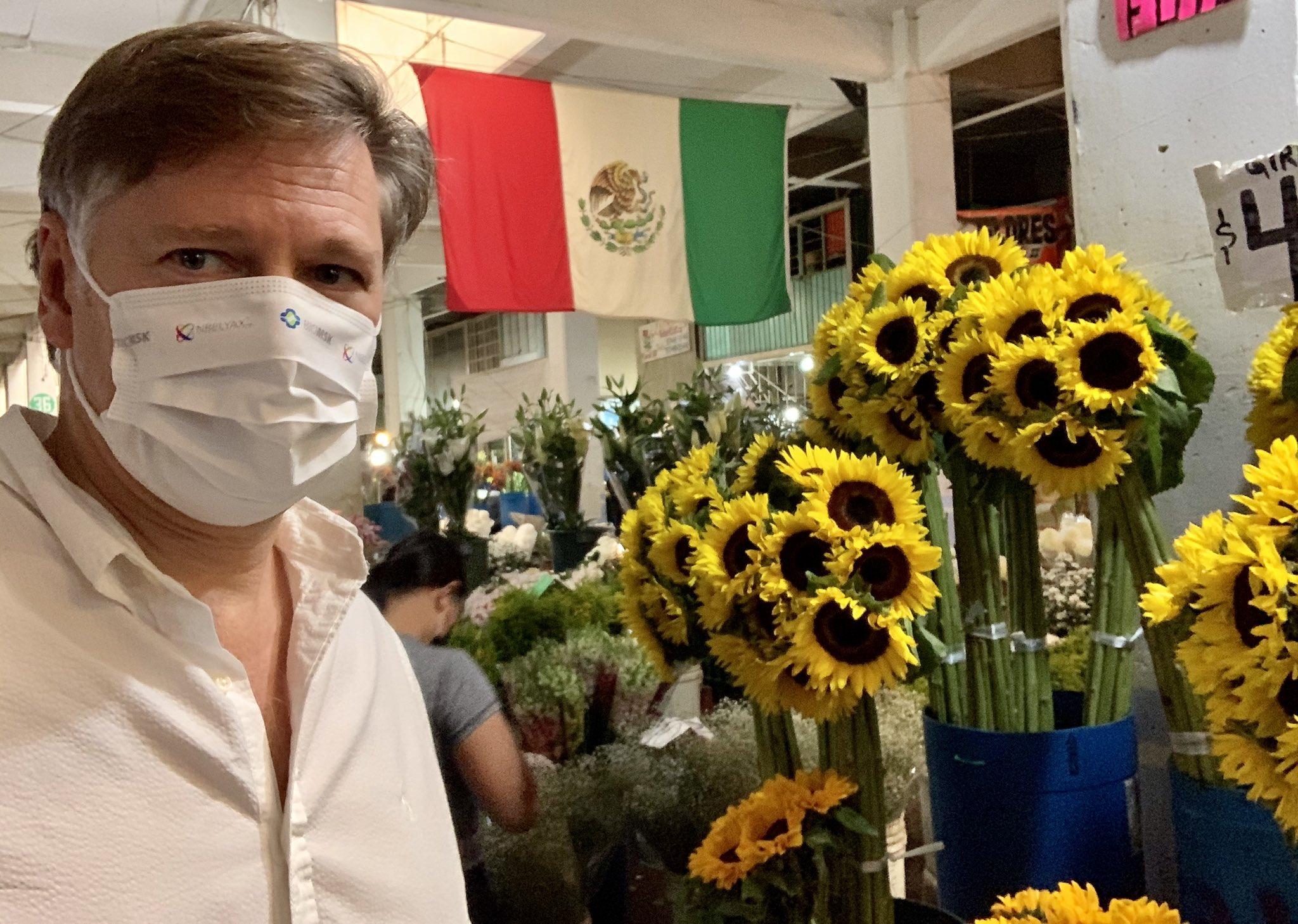 ¡Qué placer volver al Mercado de Jamaica!, asegura embajador de EU en México