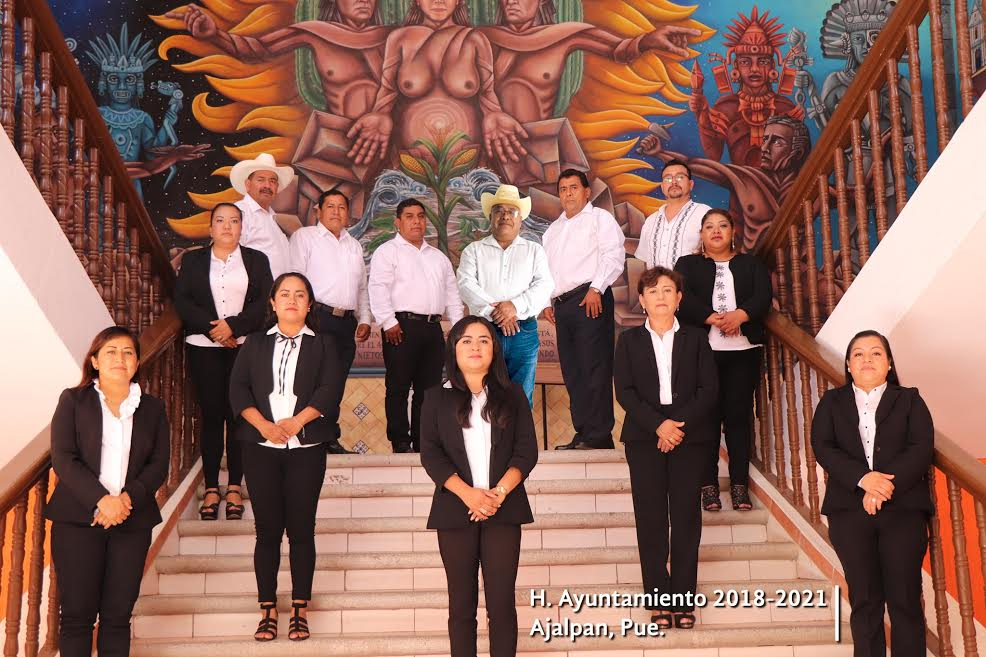 Edil prófugo de Ajalpan con photoshop figura en fotografía oficial