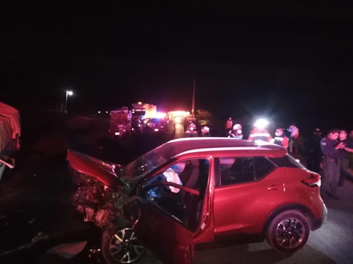 Choque frontal entre camionetas deja cuatro lesionados en Altepexi
