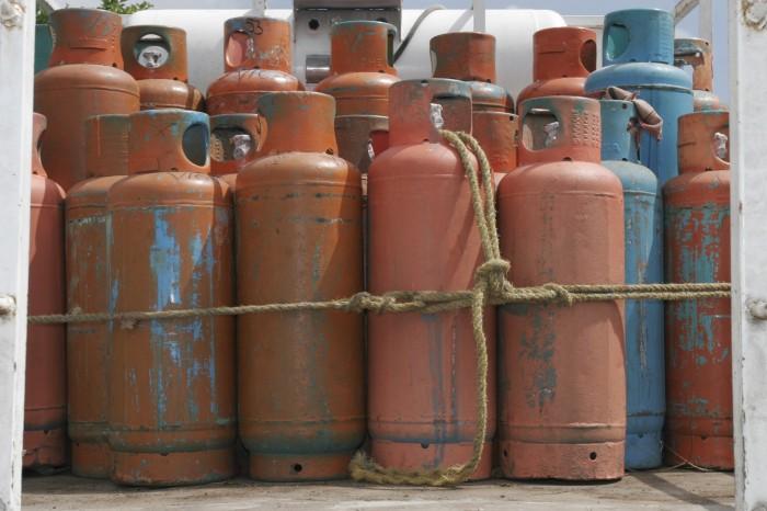 Llevar tanques de gas en bicicleta podría costar miles de pesos