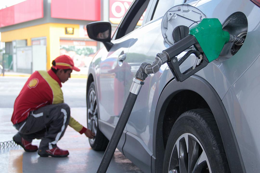Baja 1.08% el precio de la gasolina magna