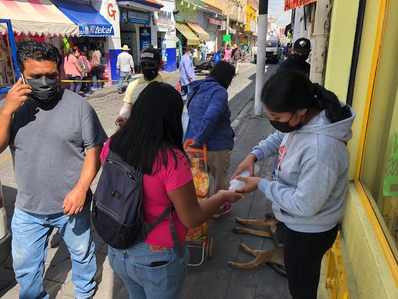 Dueños de negocios implementan cerco sanitario en calles del centro de Atlixco