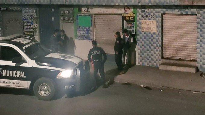 VIDEO Captan a policías de Puebla golpeando y cacheteando a jóvenes ebrios