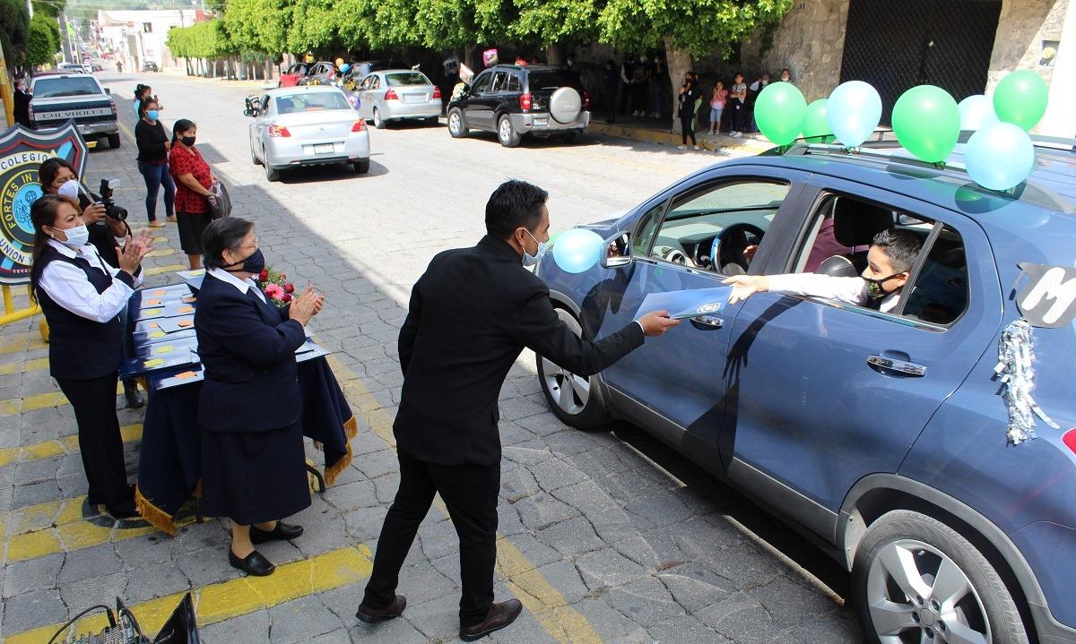 Escuela entrega certificados a estudiantes dese automoviles en Tecamachalco