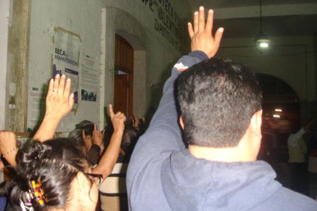 Para desplazar a policías, mujeres crean guardia en Zapotitlán