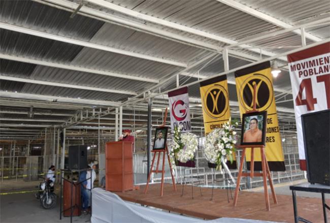Rinden homenaje a caídos en balacera en tianguis de Texmelucan
