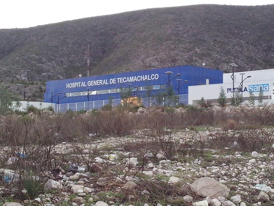 Con trajes especiales se llevan cadáver de Hospital de Tecamachalco