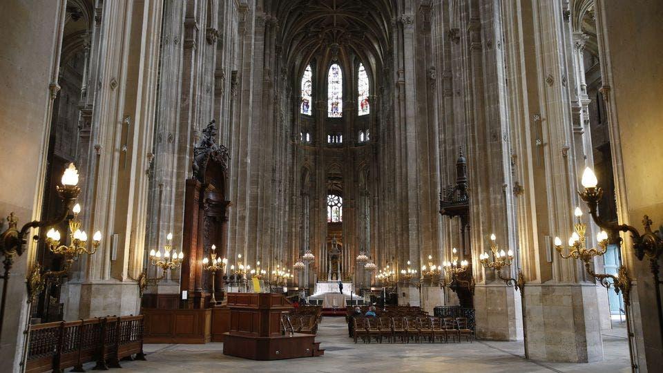 En Francia abren iglesias y templos con cupo limitado