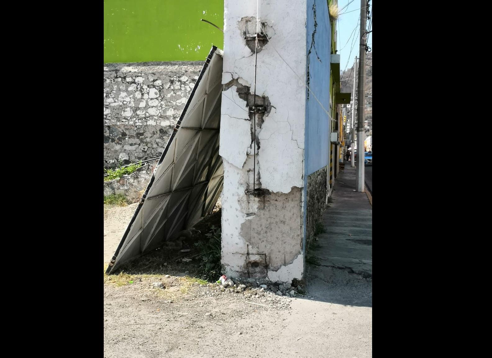 Tumban de golpe puerta del Centro de Convenciones en Atlixco