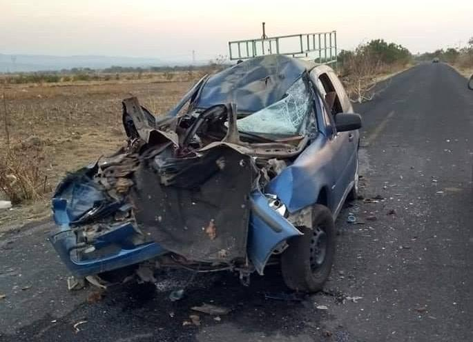 Tractocamión impacta a auto en Atlixco