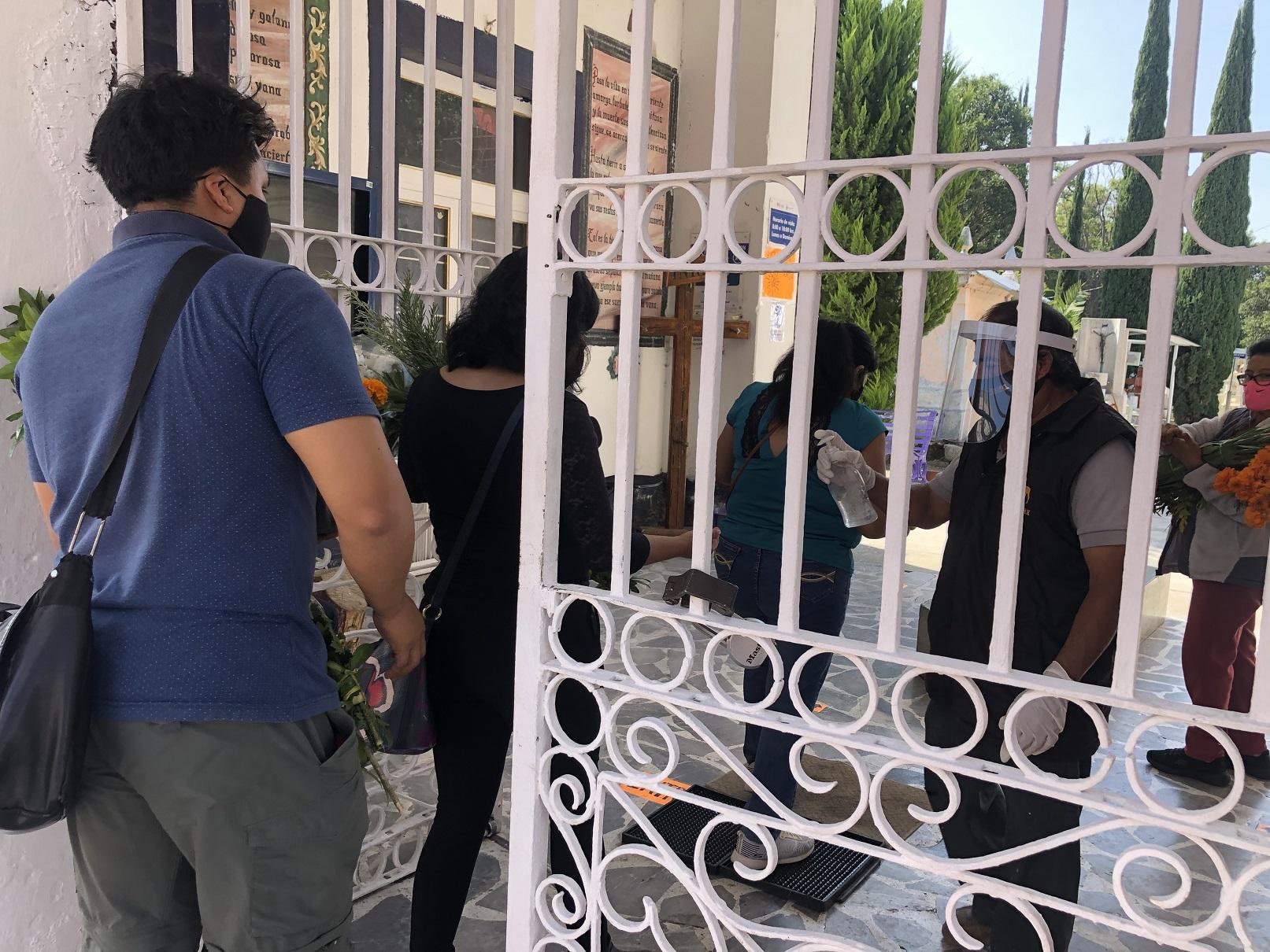 Hasta 200 personas visitan diariamente panteón de Atlixco