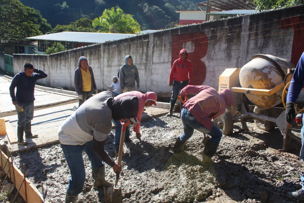 Pavimentan con concreto hidráulico calle de acceso a escuela en Huitzilan