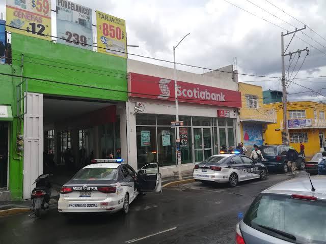 Amagan a clientes y empleados en asalto a banco en Texmelucan