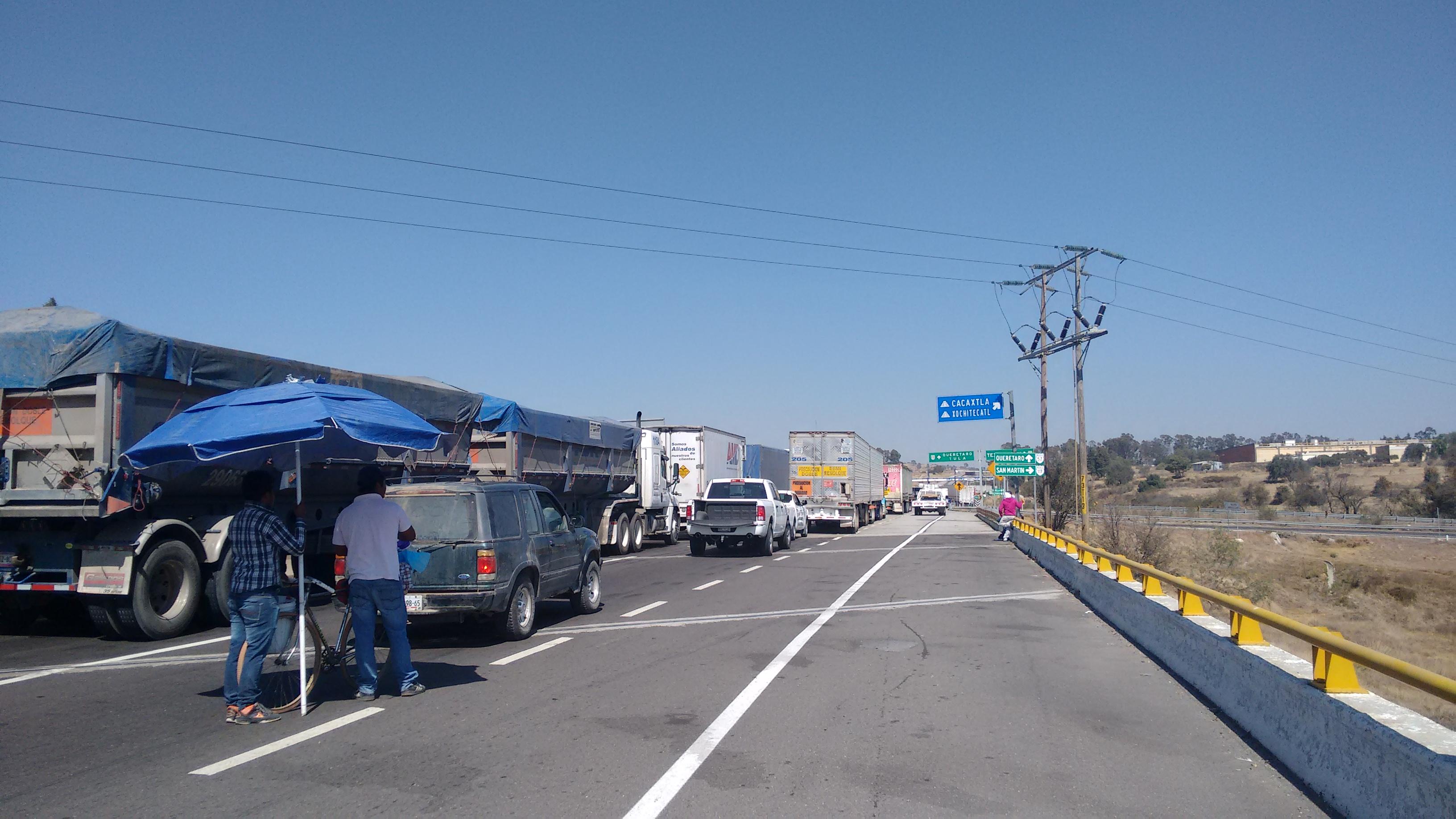 Bloquean el Arco Norte y se manifiestan en la Puebla-Perote