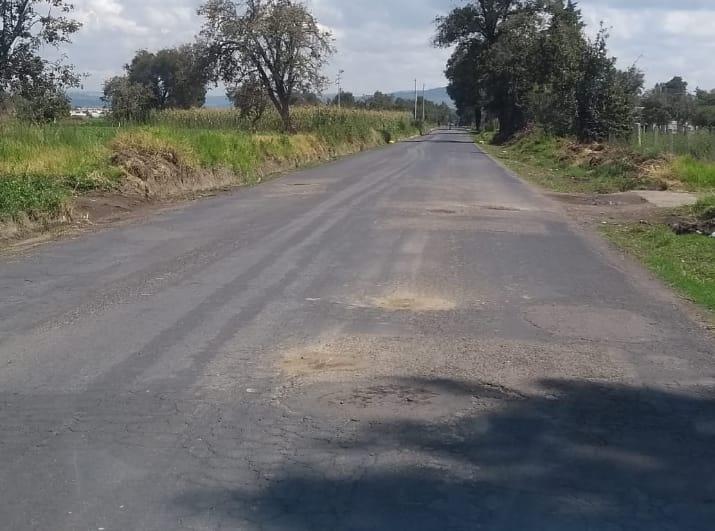 Ciudadanos bachean carretera en El Verde sin apoyo de autoridades