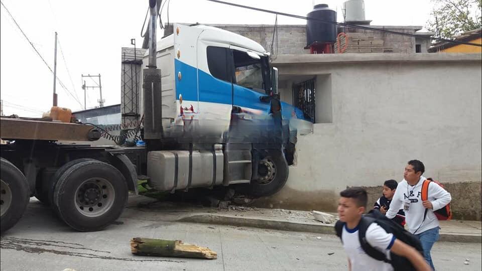 Tráiler destruye una casa al quedarse sin frenos en Teziutlán
