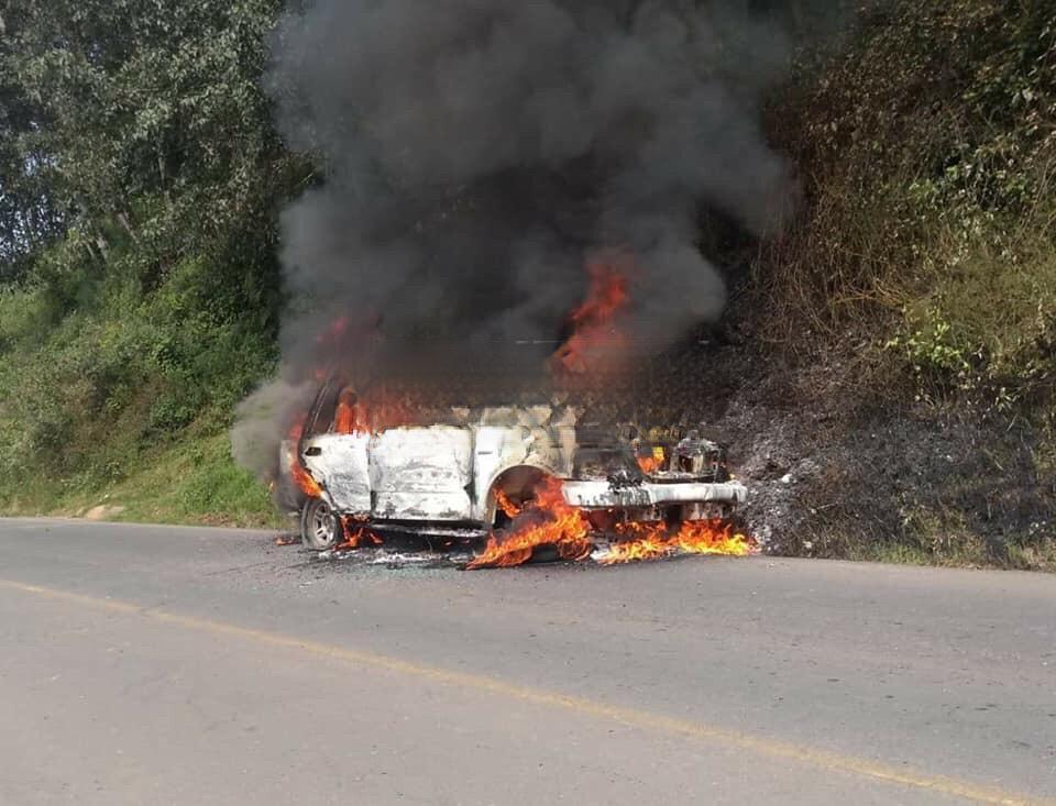 Persiguen a asaltantes y queman su camioneta en Zacapoaxtla