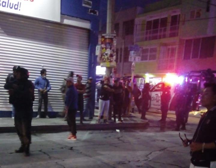 En riña, sujeto amenaza con pistola en calles de Texmelucan