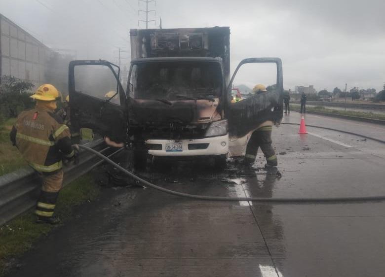 Se incendia camión en el Arco Norte, piden auxilio a los bomberos