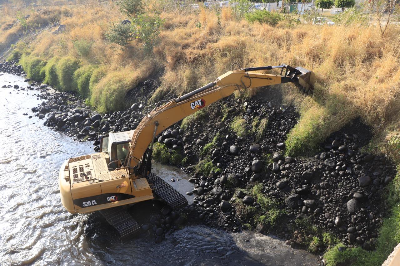 Con maquinaria pesada inician trabajos de desazolve del Río Nexapa