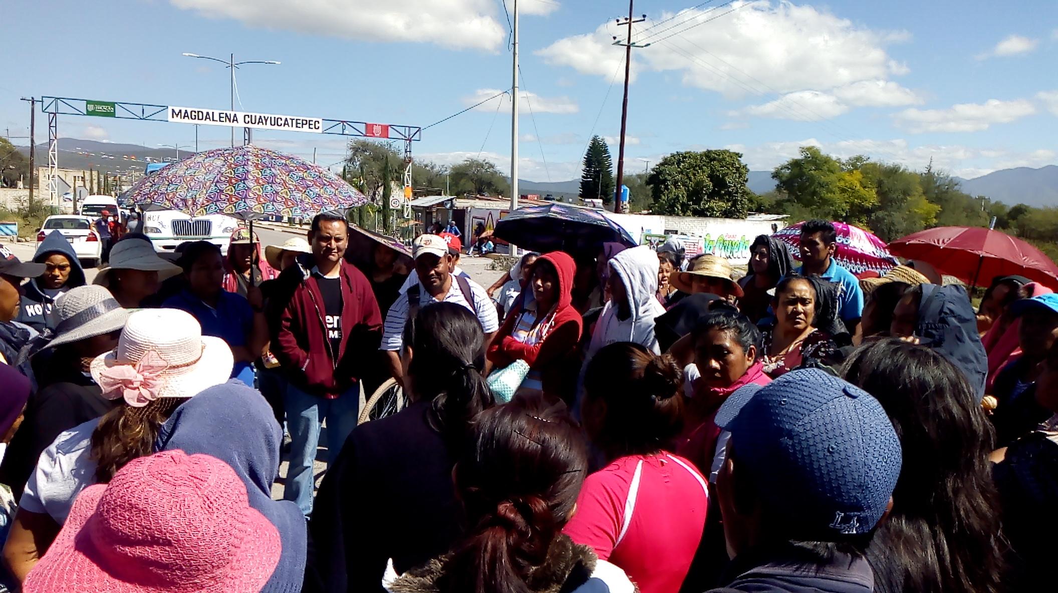 Cierran carretera a Tehuacán por aumento  de pasaje