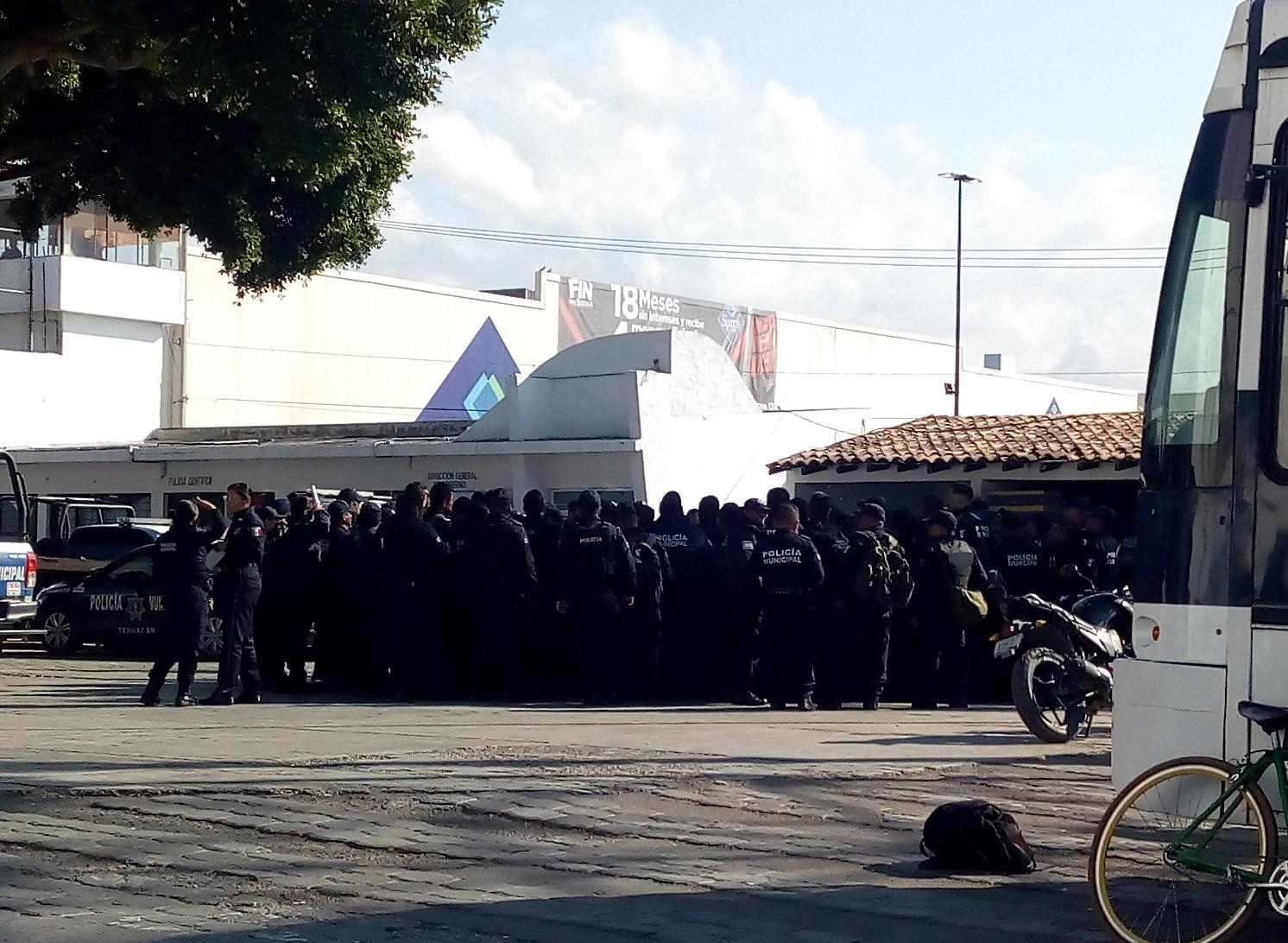 Policías jalonean a nuevo mando y exigen su cambio en Tehuacán