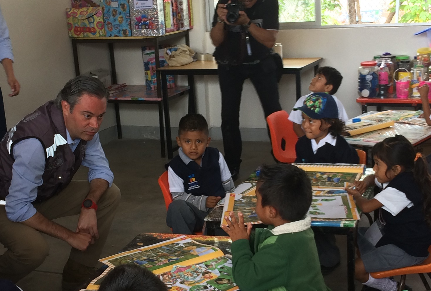 Nuño y Gali dan banderazo de reinicio de clases en la Mixteca