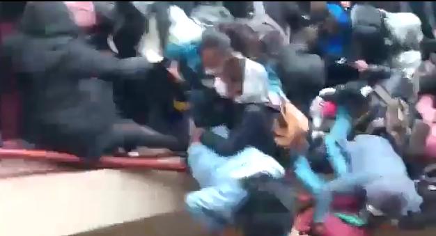 VIDEO Caen al vacío varios jóvenes durante protesta en Universidad de Bolivia