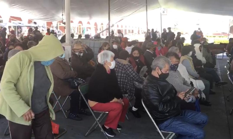 Por una chamarra abuelitos se exponen a contagios en Cholula