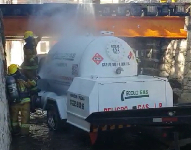Evitan explosión de pipa de combustible en San Pedro Cholula