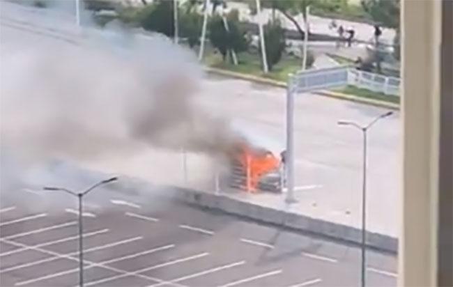 VIDEO Fuego consume camioneta de valores frente al Hospital Puebla