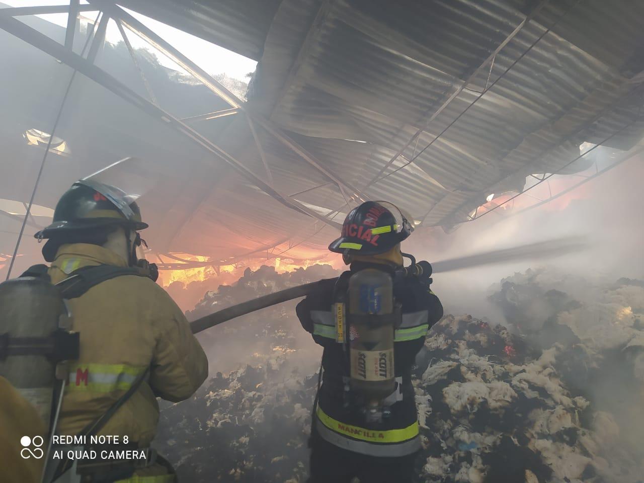 Al sofocar incendio bombero cae de segundo piso en San Andrés Cholula