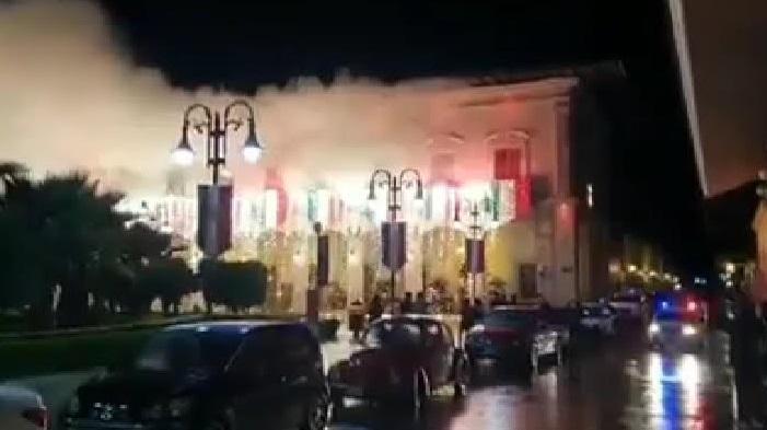 Se le queman los adornos patrios al edil de Zacapoaxtla