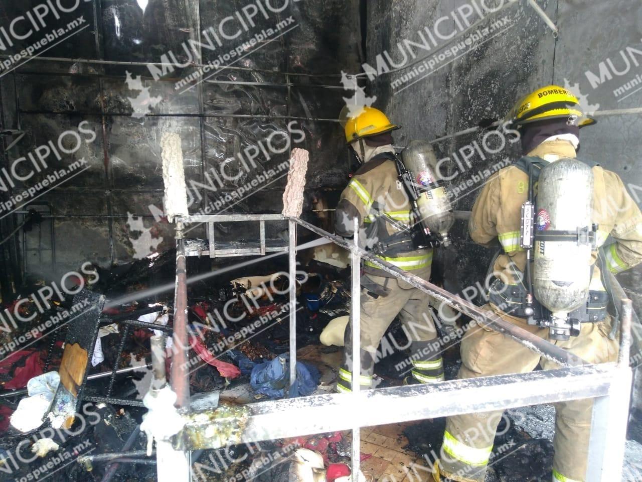 Bomberos sofocan incendio en central camionera de Texmelucan