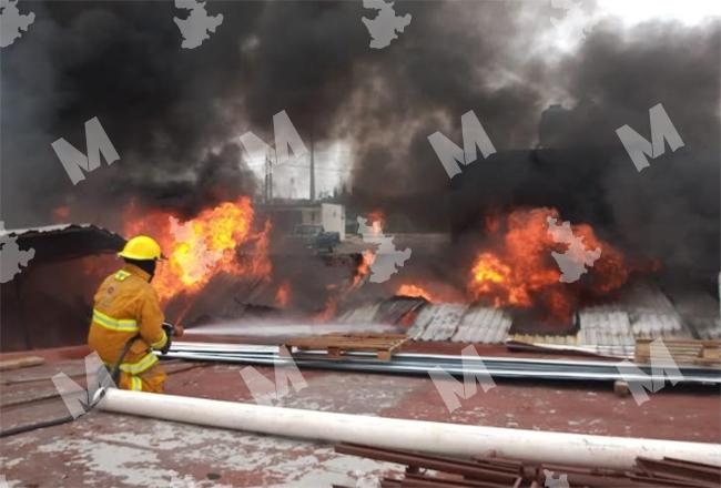 Fuego consume bodega de químicos en San Pedro Cholula