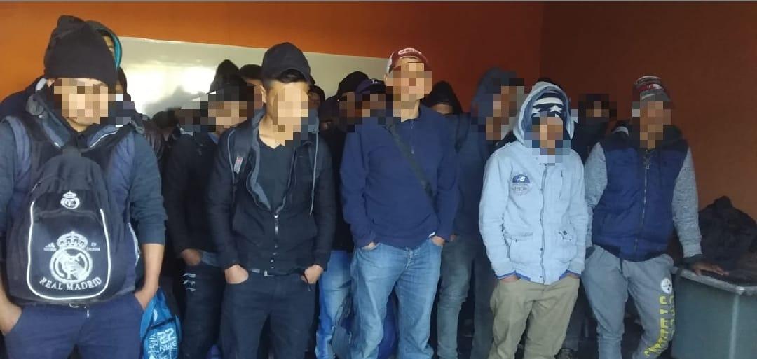 Aseguran policías de Tepeaca a indocumentados en un tractocamión