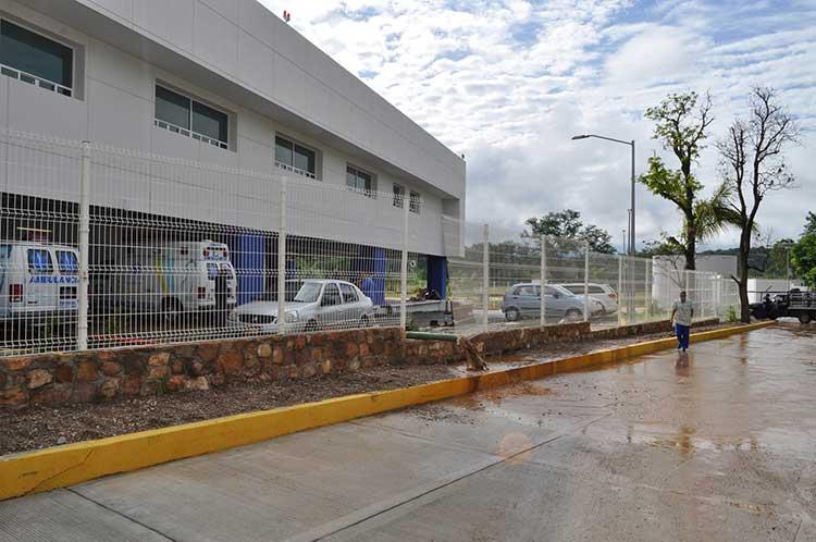 Se desborda río Tizaac en Acatlán; inunda hospital general y terrenos de cultivo