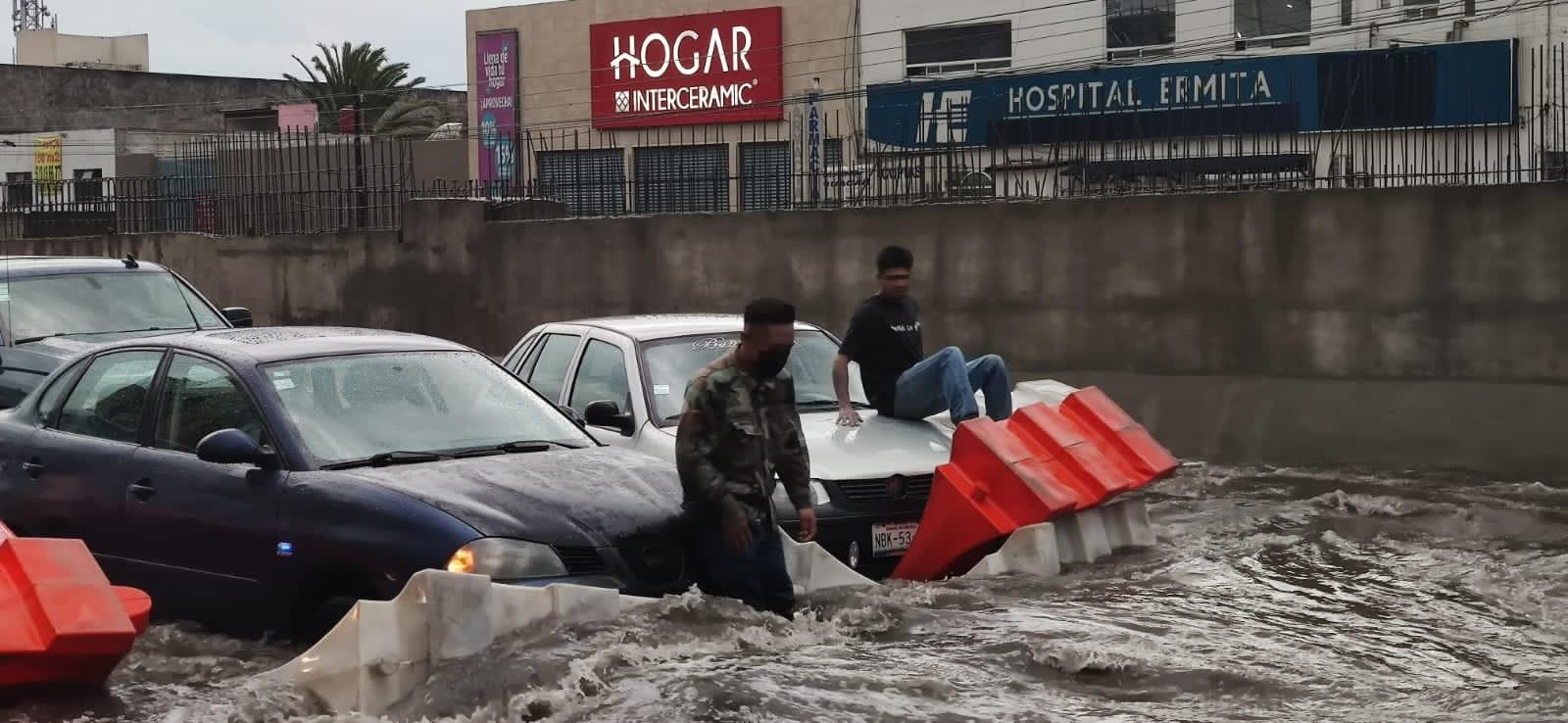 Intensa lluvia provoca inundaciones en Valle de México