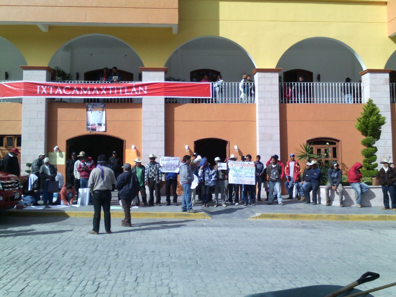 Toman alcaldía de Ixtacamaxtitlán contra minera canadiense