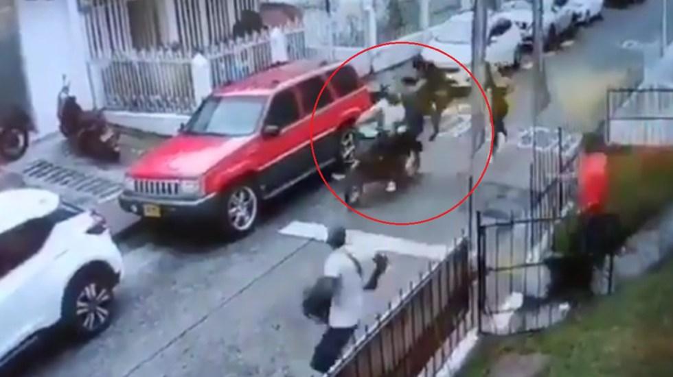 VIDEO Con patada voladora joven tumba a delincuentes en moto