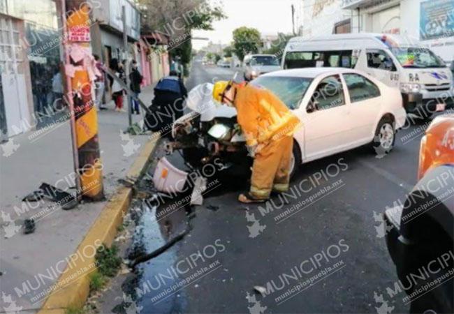 Se sube a la banqueta y embiste a dos personas sobre la 25 poniente en Puebla
