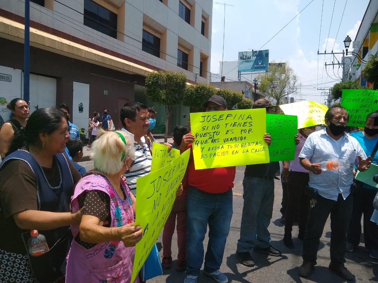 Locatarios y colonos pelean en Tehuacán por la apertura de vialidad