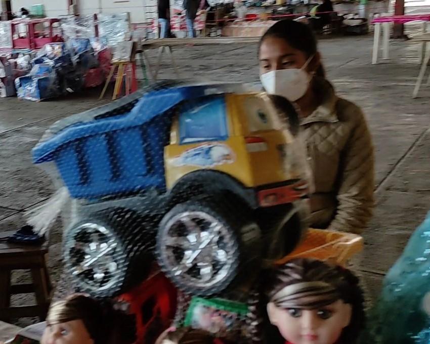 Se instalan comerciantes de juguetes en la Explanada 5 de mayo en Huauchinango