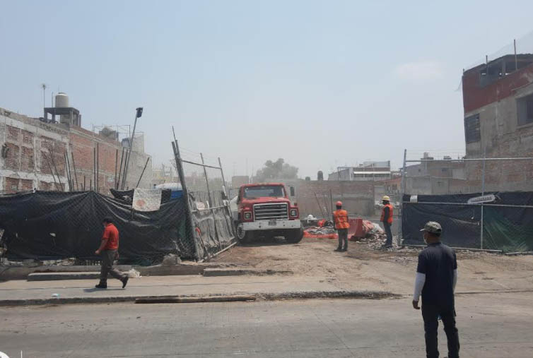 Vecinos de Texmelucan bloquean paso a camiones de la obra Plaza Santa Julia