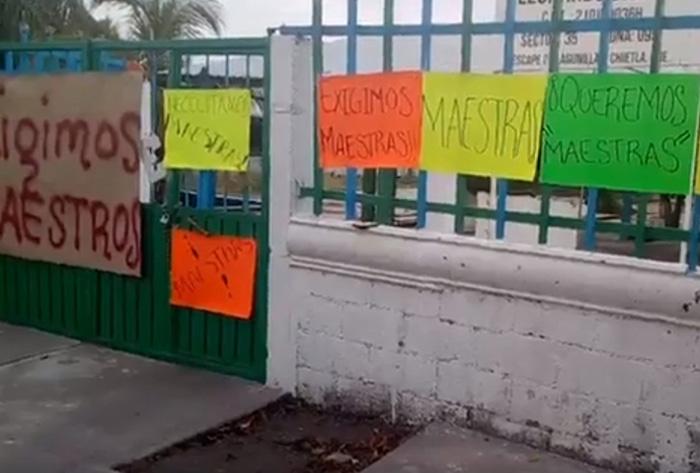 Padres de familia toman kínder en Chietla; exigen más maestros