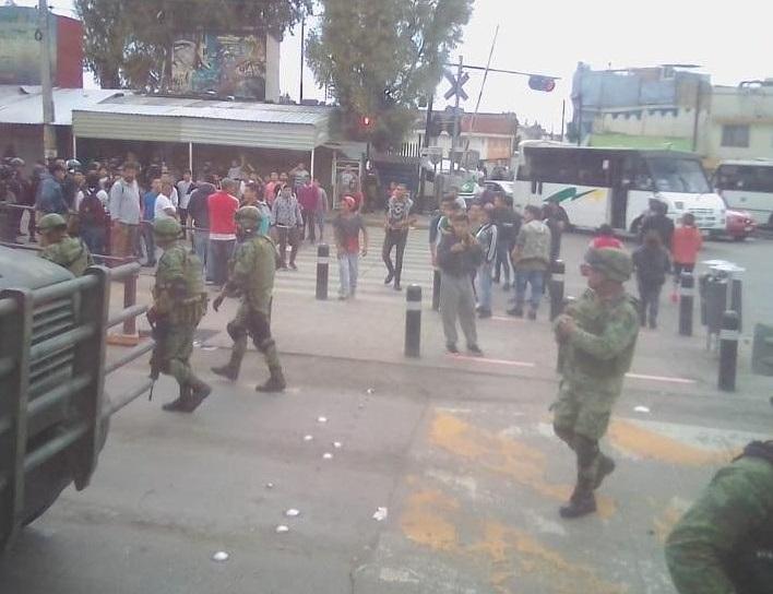 A pedradas despiden a la Guardia Nacional en Mercado Hidalgo