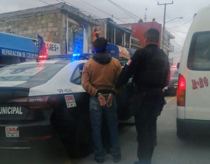 Joven asalta negocio y lo detienen cuando escapaba en un taxi en Puebla