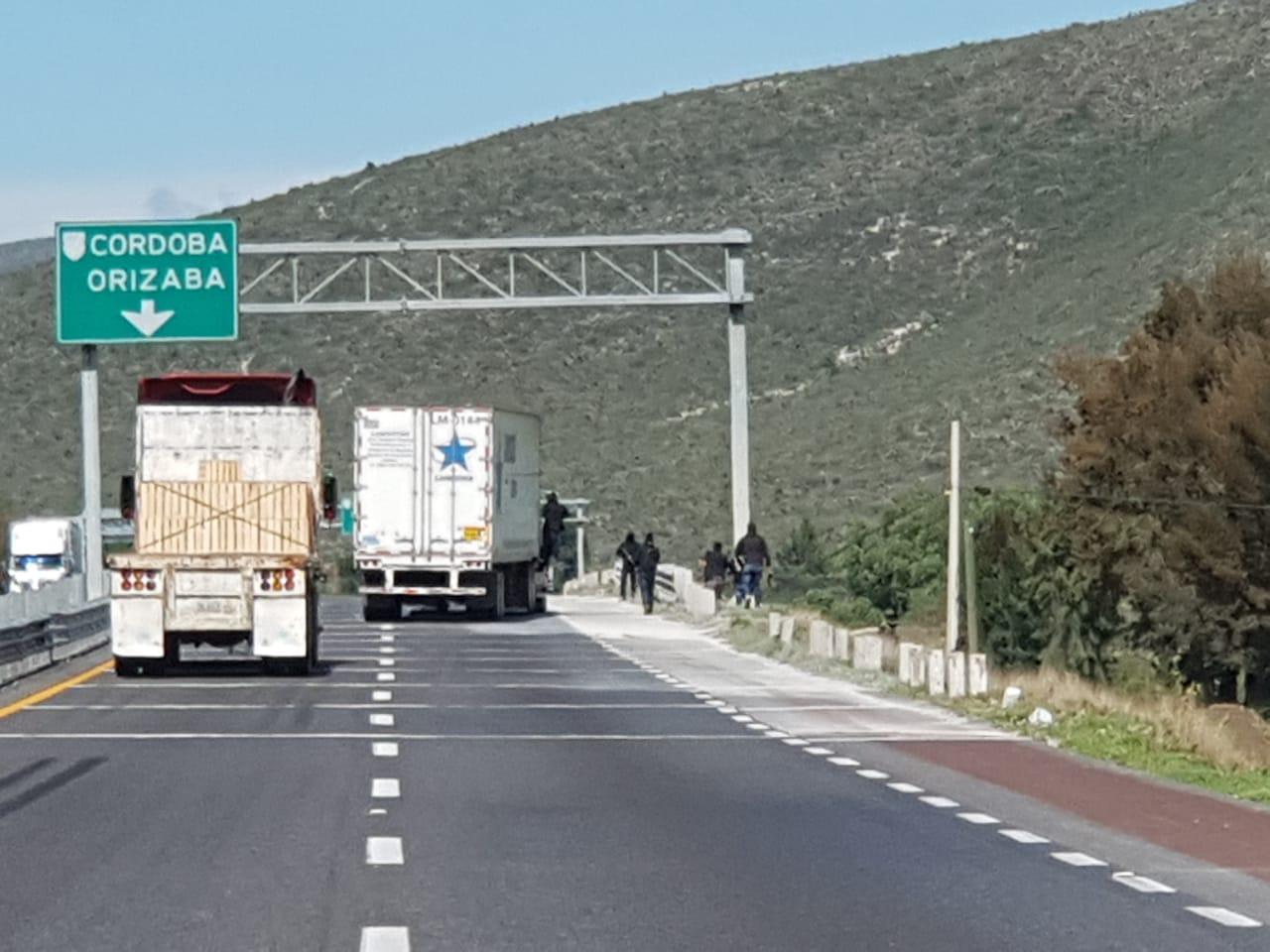 VIDEO Vehículos huyen de robo a camión en Palmar de Bravo